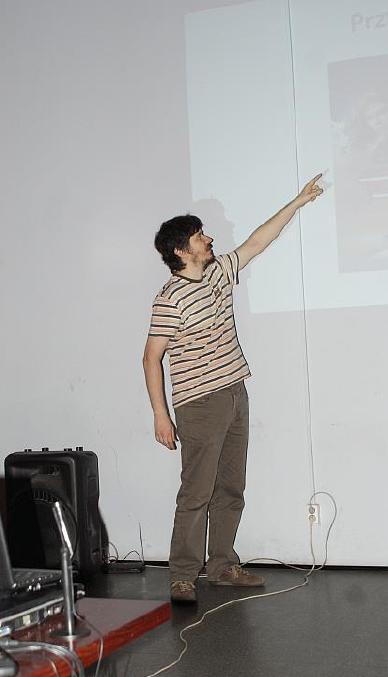 Michał Staniszewski (Plastic) pokazuje najwyższy punkt krzywej emocjonalnej.