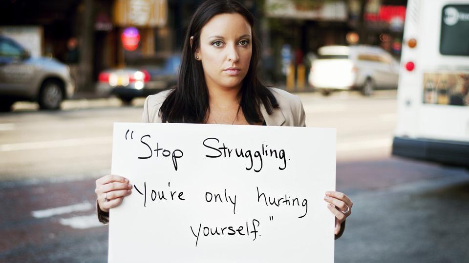 Jedno ze zdjęć z Project Unbreakable - projektu fotograficznego, w którym ofiary gwałtów pokazują, co mówili do nich gwałciciele (projectunbreakable.tumblr.com).